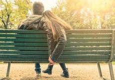 Par som är förälskade på en bänk Arkivbilder