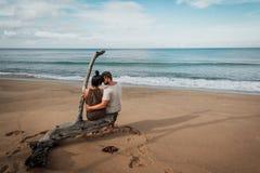 Par som är förälskade på havet royaltyfria foton