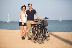 Par som är förälskade på le för strand Arkivfoto