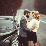 Par som är förälskade på romantiskt datum Lopp- och affärstur eller fotvandra för hake Skäggig man och sexig kvinna i pälslag ret royaltyfria bilder