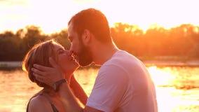Par som är förälskade på stranden stock video