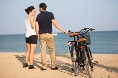 Par som är förälskade på stranden Fotografering för Bildbyråer