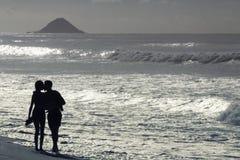 Par som är förälskade på stranden i Rio de Janeiro royaltyfria foton