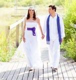 Par som är lyckliga, i att gå för bröllopdag som är utomhus- Royaltyfri Bild