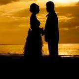Par som är söta på en strand. Royaltyfria Bilder
