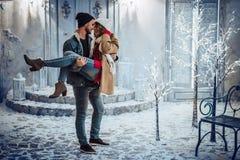 Par som är utomhus- i vinter Royaltyfri Fotografi