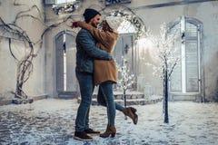Par som är utomhus- i vinter Arkivbild