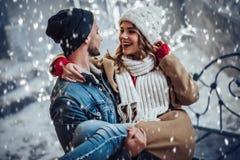 Par som är utomhus- i vinter Royaltyfri Bild