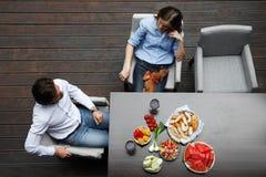 Par som äter bak tabellen royaltyfri foto