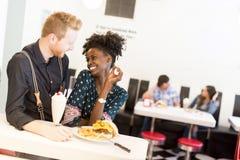 Par som äter i matställe arkivfoto