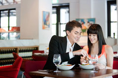 Par som äter middag i restaurang Fotografering för Bildbyråer