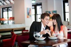 Par som äter middag i restaurang Arkivfoto
