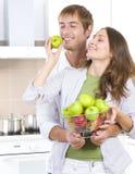 par som äter nya frukter Arkivfoton