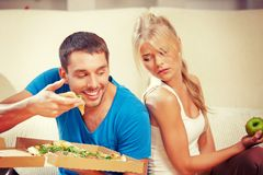 Par som äter olik mat arkivfoton