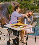par som äter poolsiden Arkivbilder