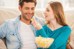 Par som äter popcorn. fotografering för bildbyråer