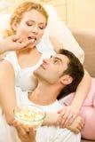 par som äter popcornbarn arkivbild