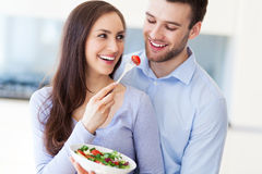 Par som äter sallad arkivfoto