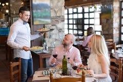 Par som äter sallader i restaurang Royaltyfri Bild