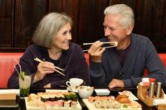 Par som äter sushi royaltyfri fotografi
