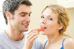 par som äter tomaten royaltyfria bilder