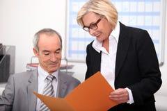 Par som arbetar i ett kontor royaltyfri fotografi