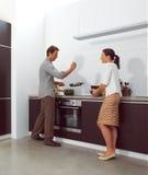 Par som arbetar i kök Fotografering för Bildbyråer