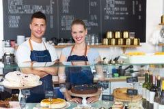 Par som arbetar på coffee shop royaltyfri bild