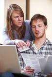 Par som argumenterar över hem- finanser Arkivfoton