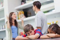 Par som argumenterar bak deras barn Fotografering för Bildbyråer