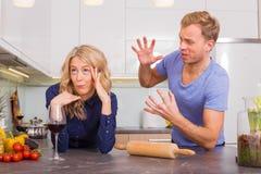 Par som argumenterar i kök Royaltyfria Foton