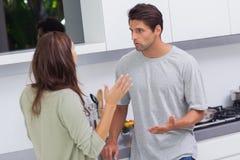 Par som argumenterar i köket royaltyfri foto