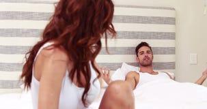 Par som argumenterar i säng lager videofilmer