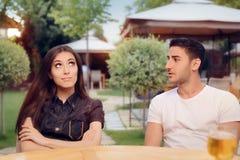 Par som argumenterar på ett datum på en restaurang royaltyfri bild