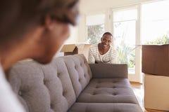 Par som bär Sofa Into New Home On den rörande dagen Fotografering för Bildbyråer