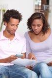 Par som beräknar deras budget Arkivbilder