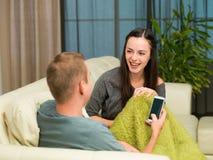 Par som berättar skämt och att skratta royaltyfria bilder