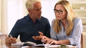 Par som beräknar räkningar stock video