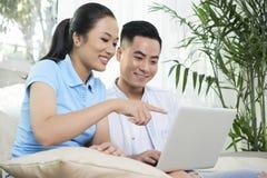 Par som beställer personalen för ny lägenhet royaltyfri fotografi