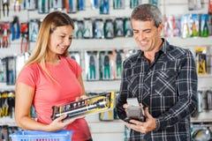 Par som betalar för ficklampa till och med Smartphone in Royaltyfri Fotografi