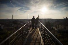 Par som beundrar cityscapen Arkivfoton