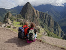 Par som beundrar Machu Picchu Royaltyfri Fotografi