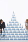 Par som beundrar pyramiden av staplade plast- koppar Arkivfoto