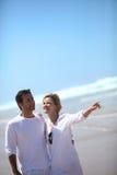 Par som birdwatching vid sjösidan Arkivfoto