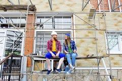 Par som bygger ett hus arkivfoton