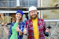 Par som bygger ett hus royaltyfri foto