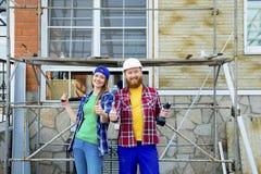 Par som bygger ett hus arkivbilder