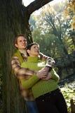 Par som dagdrömmer i park Arkivfoto