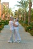 Par som dansar nära hotellsemesterort Fotografering för Bildbyråer
