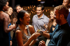 Par som dansar och dricker på aftonpartiet Arkivbilder